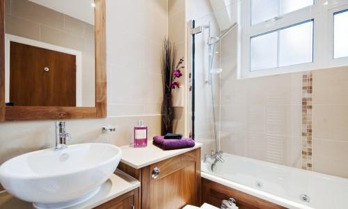 Salle de bain avec meubles en teck